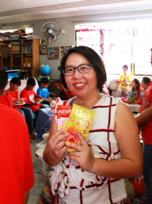 Cheryl with angpow