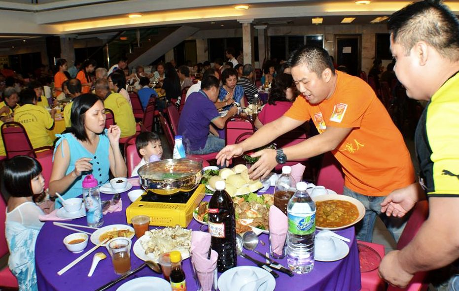 CK in serving dishes during fund raising for Nepal earthquake disaster at Tow Boo Keong Hall, Ipoh on 18 July 2015